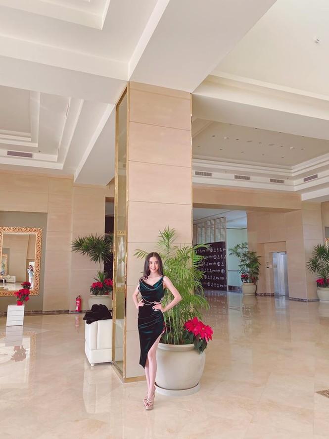 Hoa hậu Lương Thuỳ Linh khoe vòng một gợi cảm với váy trễ vai đỏ rực - ảnh 12