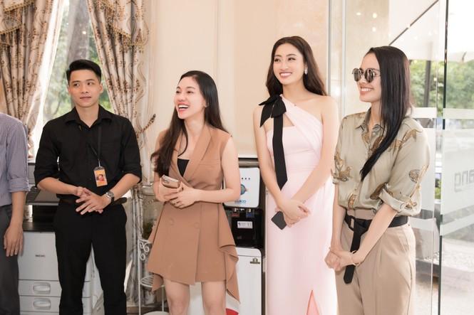 Hoa hậu thế giới Megan Young uống trà đá vỉa hè khi vừa đến Việt Nam - ảnh 6