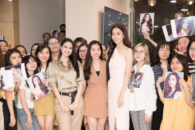 Hoa hậu thế giới Megan Young uống trà đá vỉa hè khi vừa đến Việt Nam - ảnh 7