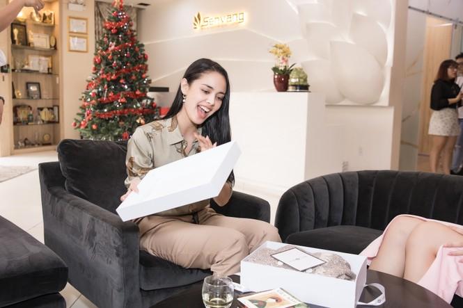 Hoa hậu thế giới Megan Young uống trà đá vỉa hè khi vừa đến Việt Nam - ảnh 8