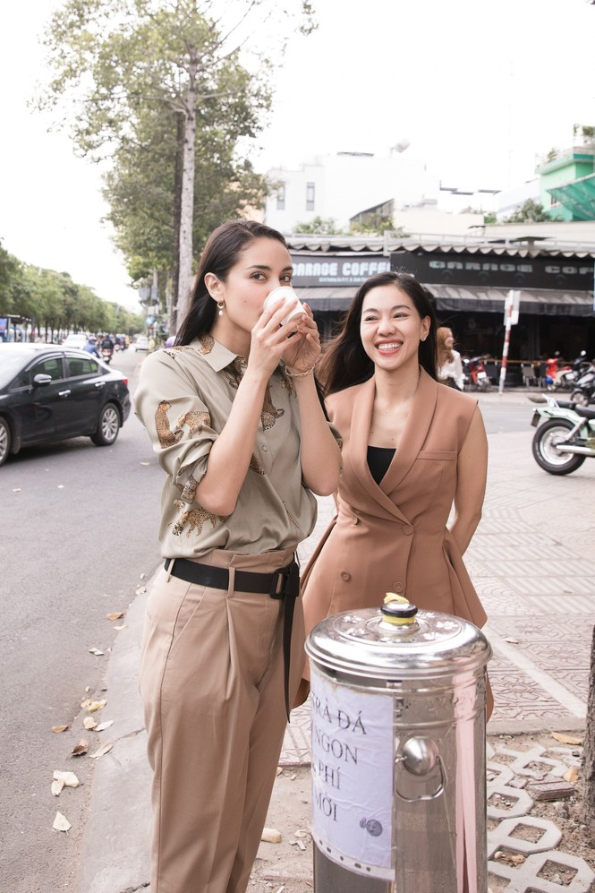Hoa hậu thế giới Megan Young uống trà đá vỉa hè khi vừa đến Việt Nam - ảnh 11