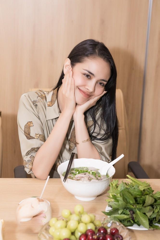 Hoa hậu thế giới Megan Young uống trà đá vỉa hè khi vừa đến Việt Nam - ảnh 12
