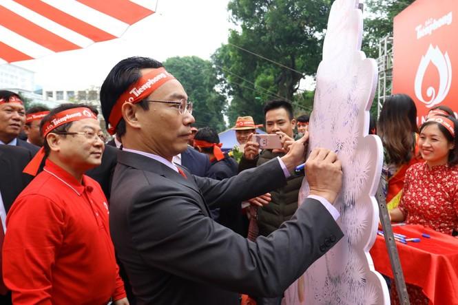Phó Thủ tướng và các đại biểu ký tên lên cây thông Noel ở Chủ nhật Đỏ 2020 - ảnh 3