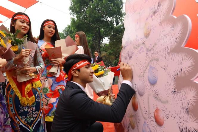 Phó Thủ tướng và các đại biểu ký tên lên cây thông Noel ở Chủ nhật Đỏ 2020 - ảnh 6