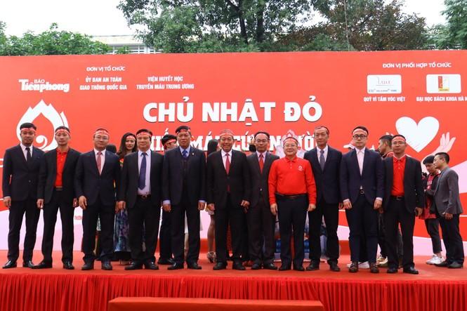 Phó Thủ tướng và các đại biểu ký tên lên cây thông Noel ở Chủ nhật Đỏ 2020 - ảnh 9