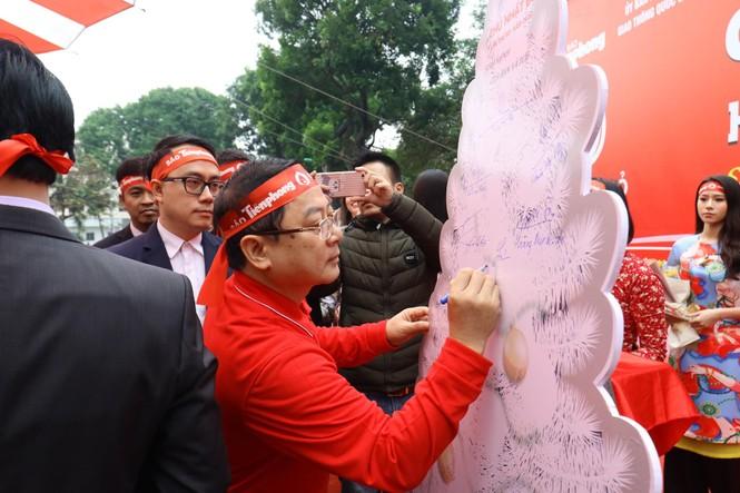 Phó Thủ tướng và các đại biểu ký tên lên cây thông Noel ở Chủ nhật Đỏ 2020 - ảnh 2