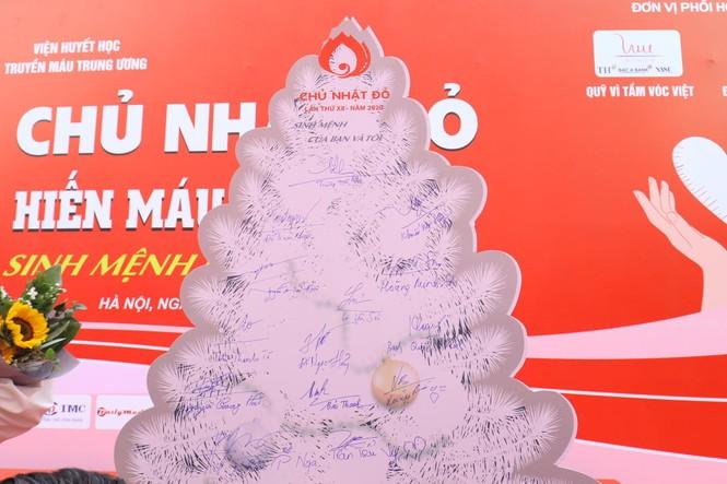 Phó Thủ tướng và các đại biểu ký tên lên cây thông Noel ở Chủ nhật Đỏ 2020 - ảnh 8