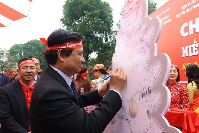 Phó Thủ tướng và các đại biểu ký tên lên cây thông Noel ở Chủ nhật Đỏ 2020 - ảnh 4