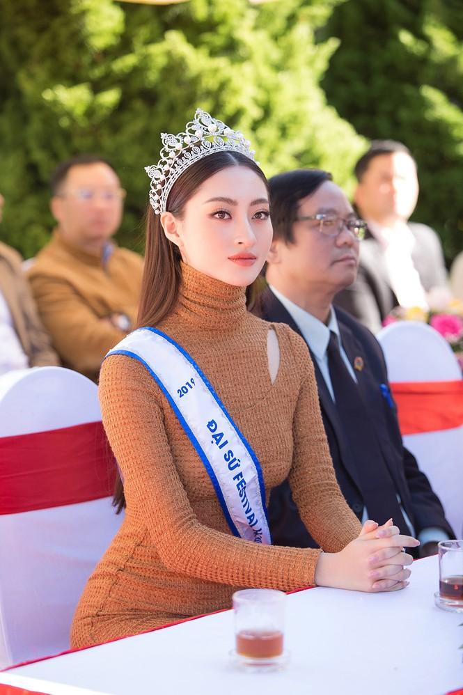 Lương Thuỳ Linh mặc đầm ôm sát dáng đẹp như nữ thần - ảnh 5