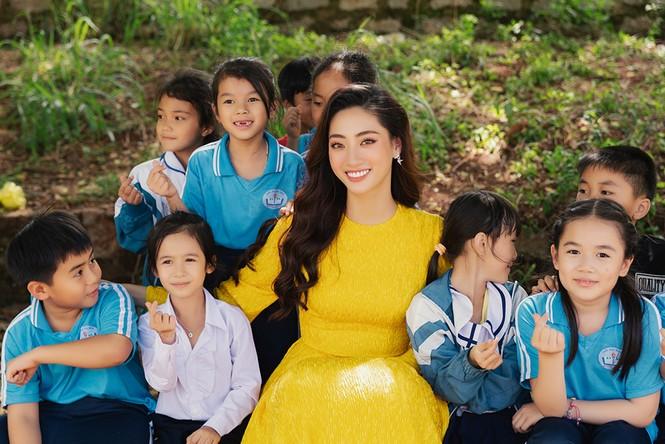 Lương Thuỳ Linh mặc đầm ôm sát dáng đẹp như nữ thần - ảnh 8