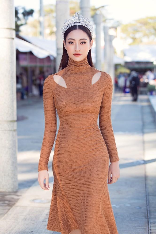 Lương Thuỳ Linh mặc đầm ôm sát dáng đẹp như nữ thần - ảnh 2