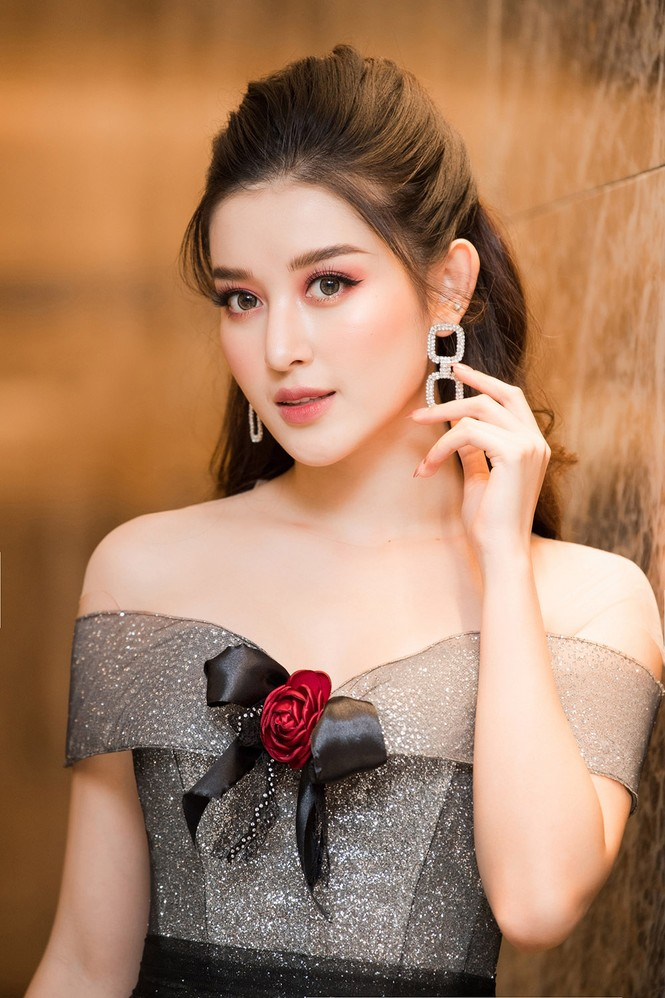 Huyền My lộng lẫy tựa công chúa, 'đọ sắc' cùng nữ ca sĩ Hàn Quốc Luna f(x) - ảnh 3