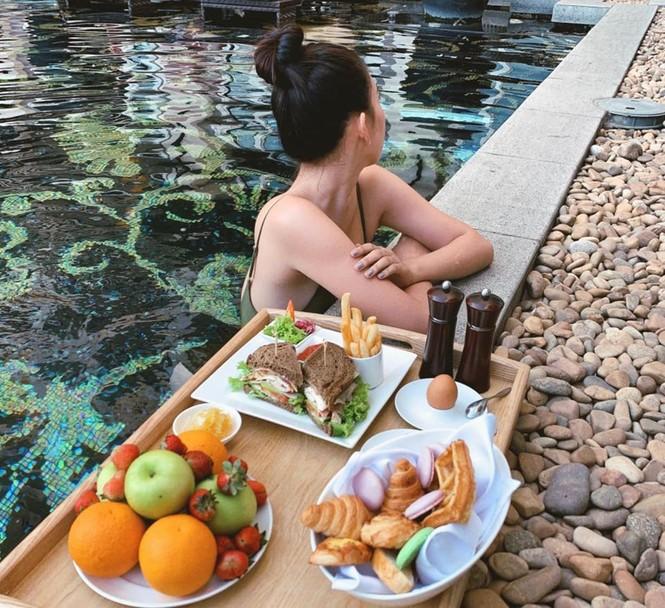 Hoa hậu Tiểu Vy mặc bikini khoe ba vòng 'cực phẩm' đón Giáng Sinh  - ảnh 4