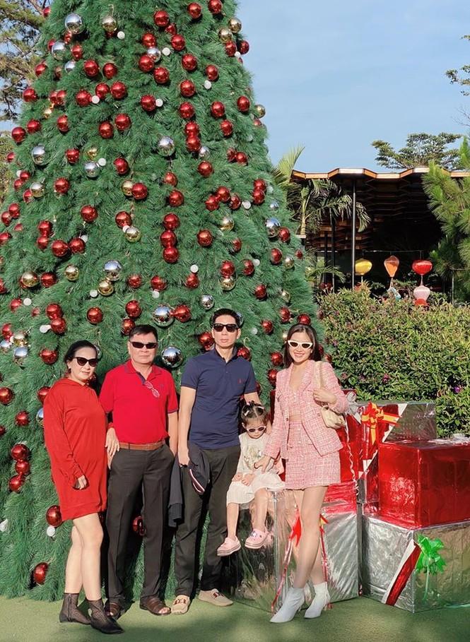 Hoa hậu Tiểu Vy mặc bikini khoe ba vòng 'cực phẩm' đón Giáng Sinh  - ảnh 12