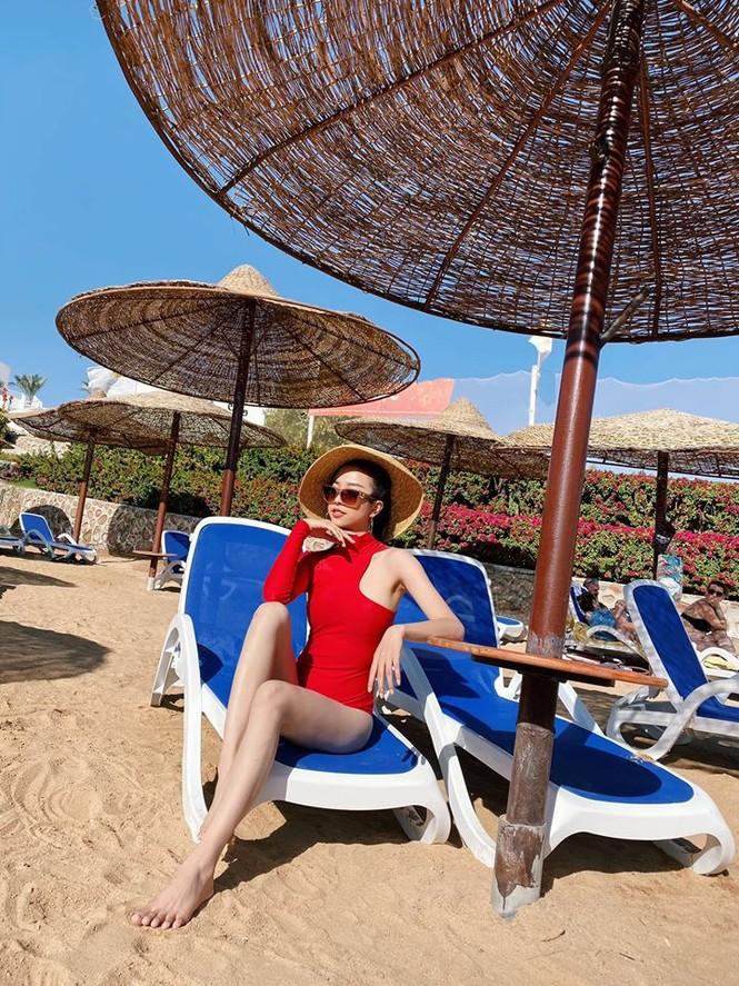 Hoa hậu Tiểu Vy mặc bikini khoe ba vòng 'cực phẩm' đón Giáng Sinh  - ảnh 6