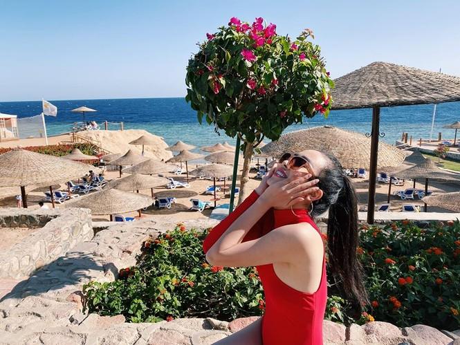 Hoa hậu Tiểu Vy mặc bikini khoe ba vòng 'cực phẩm' đón Giáng Sinh  - ảnh 7