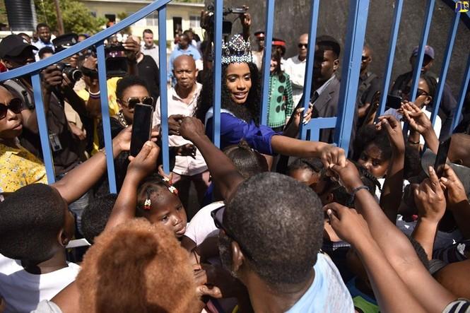 Hoa hậu thế giới được thủ tướng Jamaica chào đón khi về thăm quê nhà  - ảnh 2