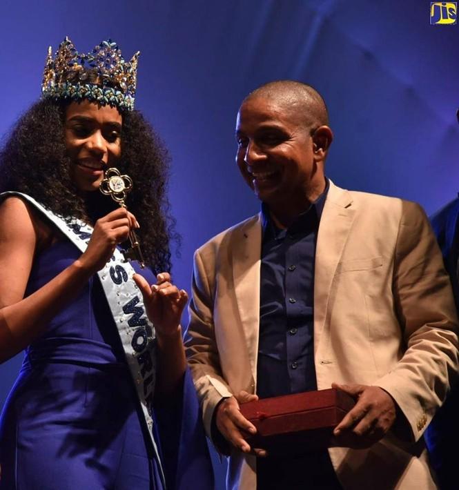 Hoa hậu thế giới được thủ tướng Jamaica chào đón khi về thăm quê nhà  - ảnh 12