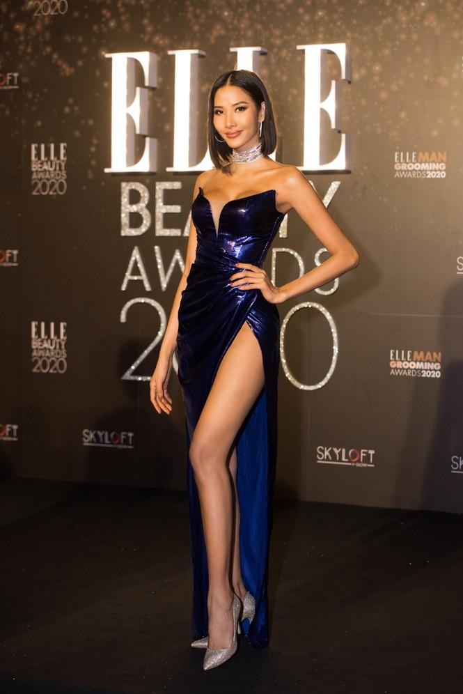 Hoàng Thuỳ diện váy xẻ đùi táo bạo, Khánh Vân trang phục tua rua lạ mắt  - ảnh 1