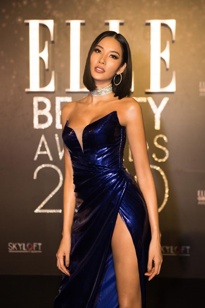 Hoàng Thuỳ diện váy xẻ đùi táo bạo, Khánh Vân trang phục tua rua lạ mắt  - ảnh 2