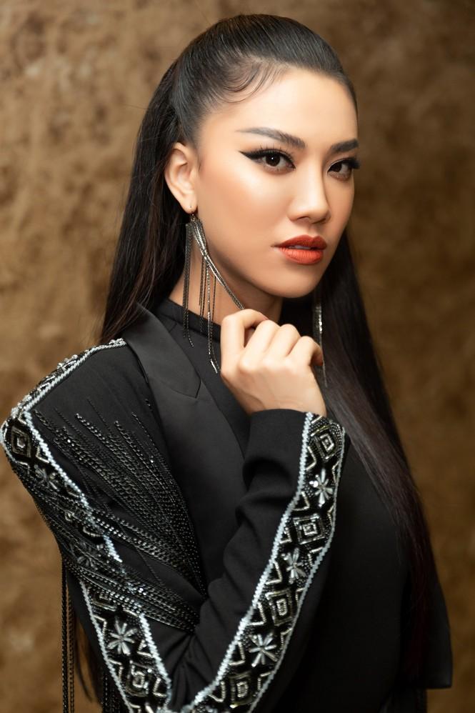 Hoàng Thuỳ diện váy xẻ đùi táo bạo, Khánh Vân trang phục tua rua lạ mắt  - ảnh 11