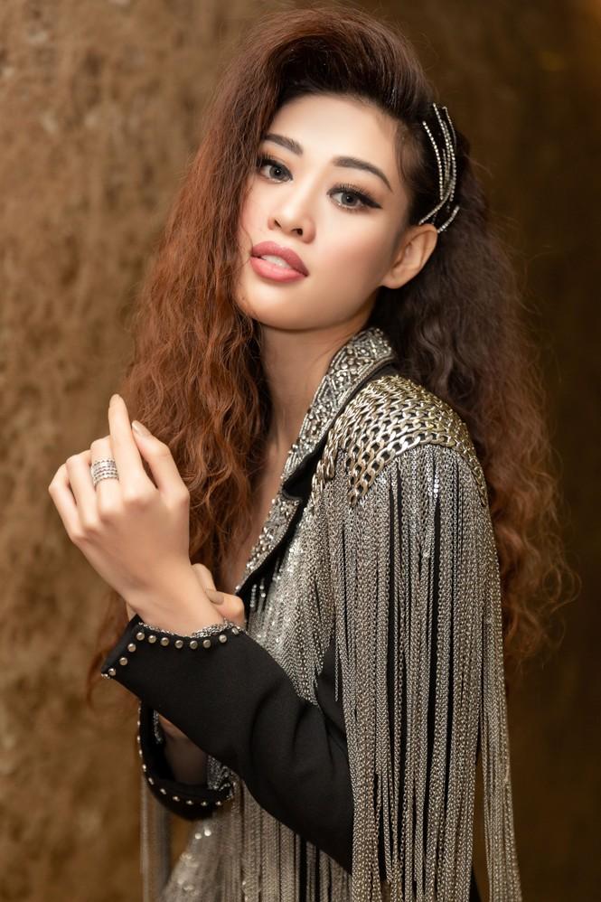 Hoàng Thuỳ diện váy xẻ đùi táo bạo, Khánh Vân trang phục tua rua lạ mắt  - ảnh 6