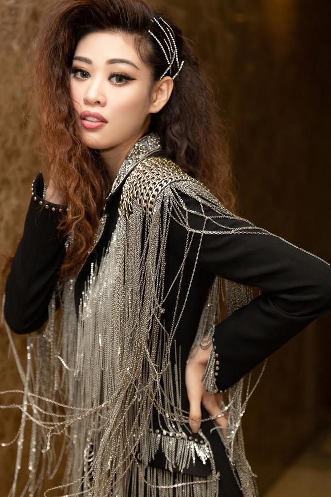 Hoàng Thuỳ diện váy xẻ đùi táo bạo, Khánh Vân trang phục tua rua lạ mắt  - ảnh 7
