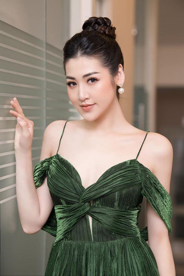 Tú Anh, Tiểu Vy khiến fans 'ngây ngất' khi khoe vai trần sexy với váy cúp ngực - ảnh 2