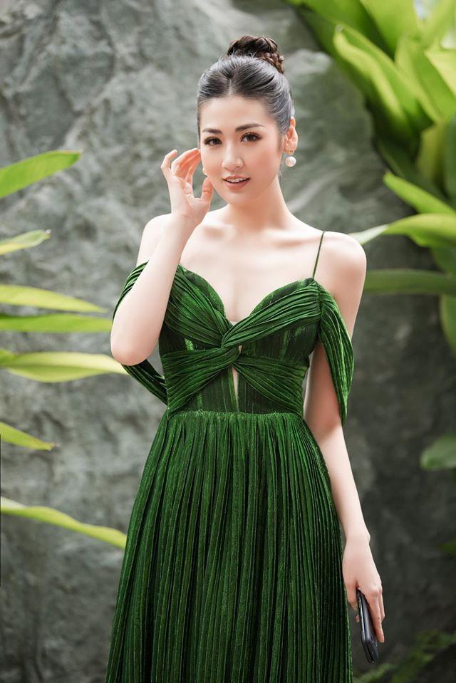 Tú Anh, Tiểu Vy khiến fans 'ngây ngất' khi khoe vai trần sexy với váy cúp ngực - ảnh 1
