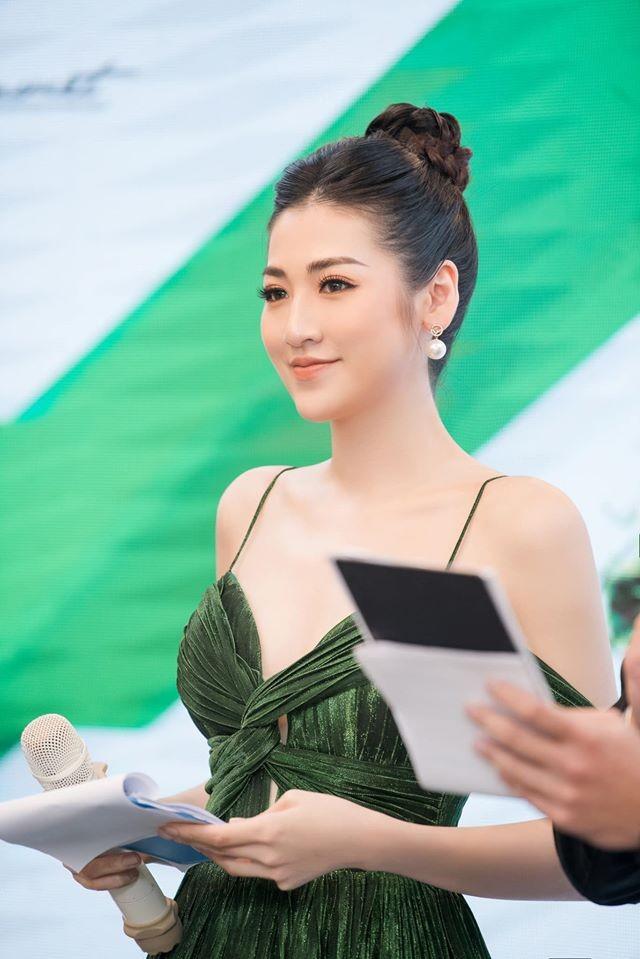 Tú Anh, Tiểu Vy khiến fans 'ngây ngất' khi khoe vai trần sexy với váy cúp ngực - ảnh 3