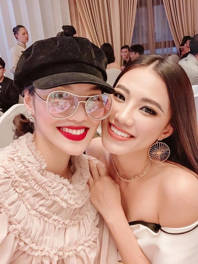 Tú Anh, Tiểu Vy khiến fans 'ngây ngất' khi khoe vai trần sexy với váy cúp ngực - ảnh 11