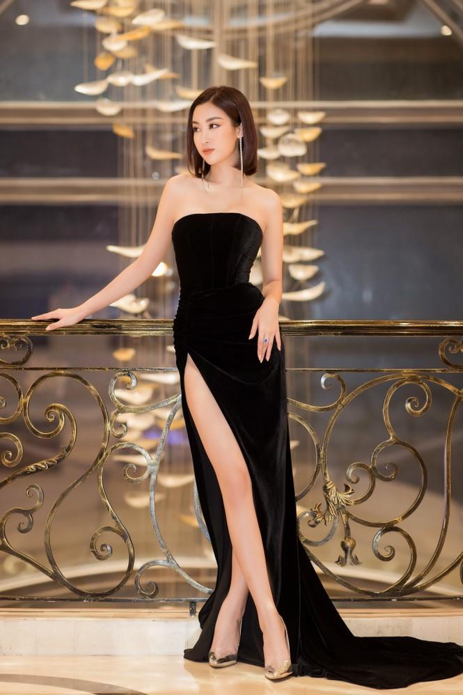Mai Phương Thuý diện váy cúp ngực sexy, đọ sắc hai đàn em Tiểu Vy, Đỗ Mỹ Linh - ảnh 2