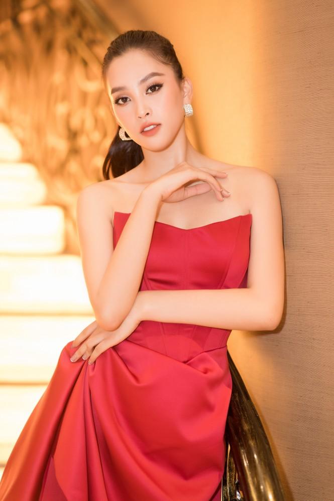 Mai Phương Thuý diện váy cúp ngực sexy, đọ sắc hai đàn em Tiểu Vy, Đỗ Mỹ Linh - ảnh 3