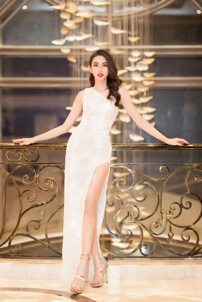 Mai Phương Thuý diện váy cúp ngực sexy, đọ sắc hai đàn em Tiểu Vy, Đỗ Mỹ Linh - ảnh 15