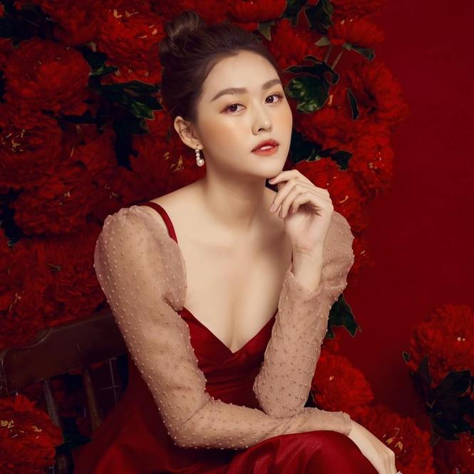 Á hậu Tường San đăng ảnh đón Valentine sớm, khoe khéo vòng 1 gợi cảm  - ảnh 1