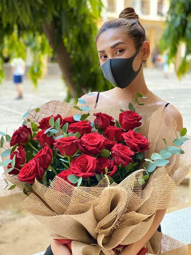 Võ Hoàng Yến khoe vòng 1 sexy, được tặng hoa hồng ở khu cách ly - ảnh 1