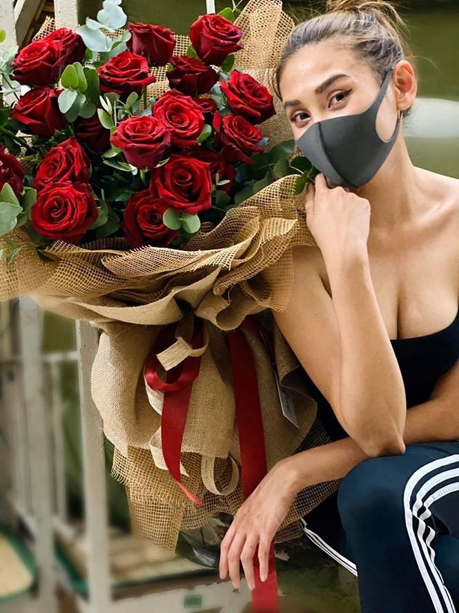 Võ Hoàng Yến khoe vòng 1 sexy, được tặng hoa hồng ở khu cách ly - ảnh 2