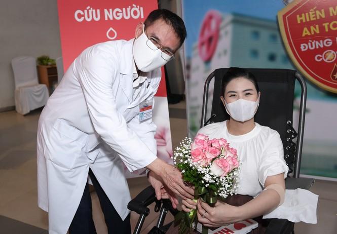 Sau khi hoãn cưới vì Covid, Ngọc Hân cùng các nghệ sĩ đi hiến máu giữa mùa dịch - ảnh 12