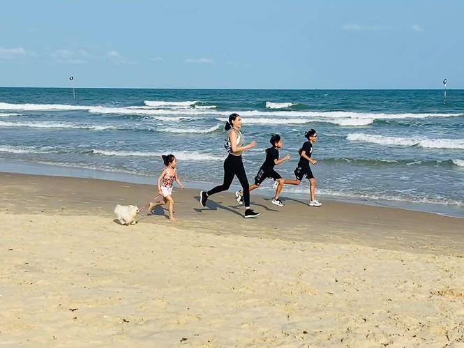 Hà Kiều Anh cùng gia đình cách ly xã hội tại biệt thự sát biển ở Vũng Tàu - ảnh 7