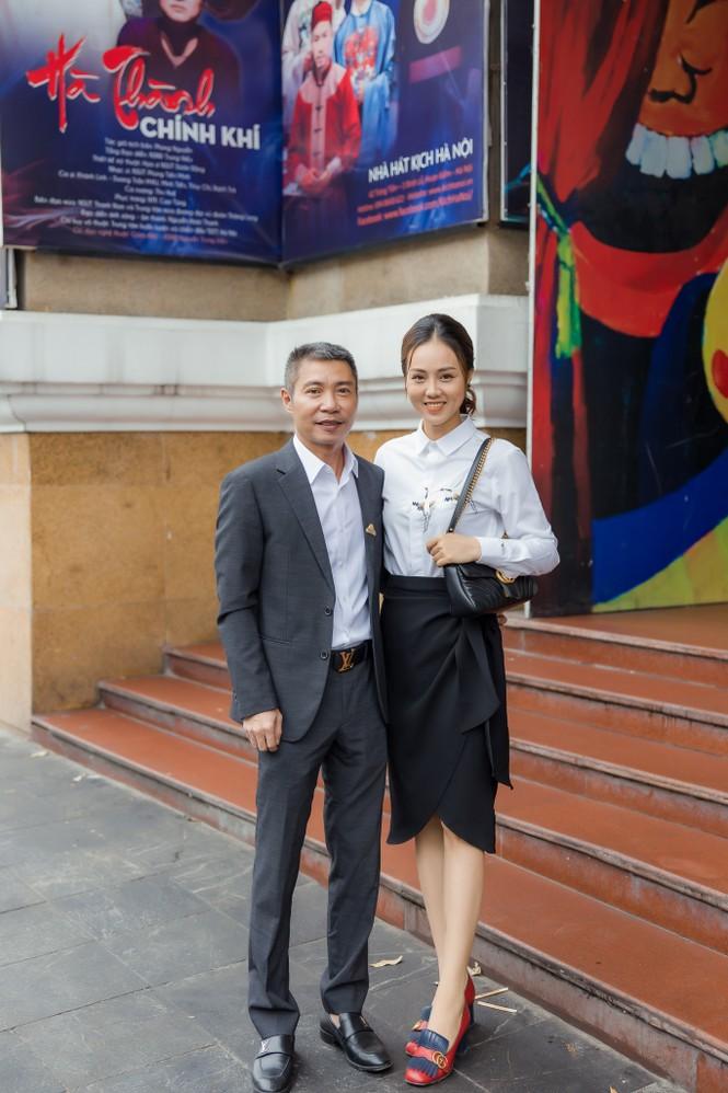 Bạn gái xinh đẹp tới chúc mừng NSND Công Lý lên chức Phó Giám đốc - ảnh 1
