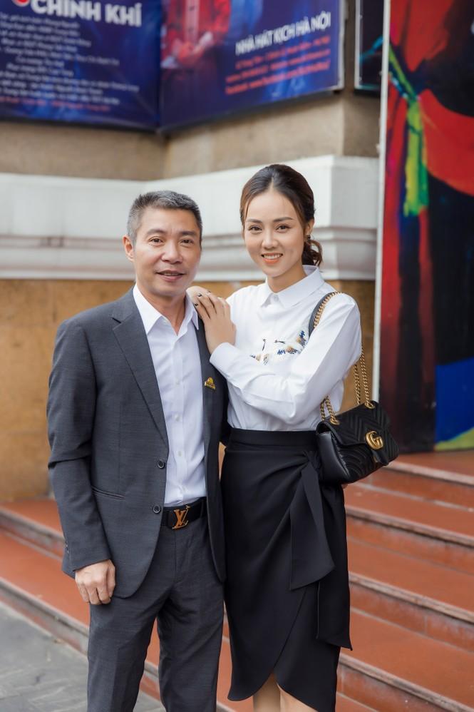 Bạn gái xinh đẹp tới chúc mừng NSND Công Lý lên chức Phó Giám đốc - ảnh 2