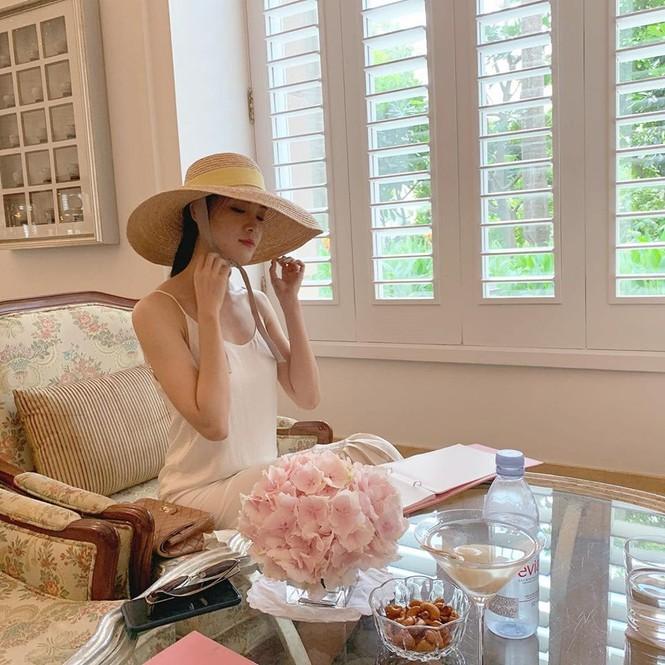 Mâu Thuỷ - Lương Thuỳ Linh 'đụng hàng' váy hồng cắt xẻ táo bạo khoe body gợi cảm - ảnh 13