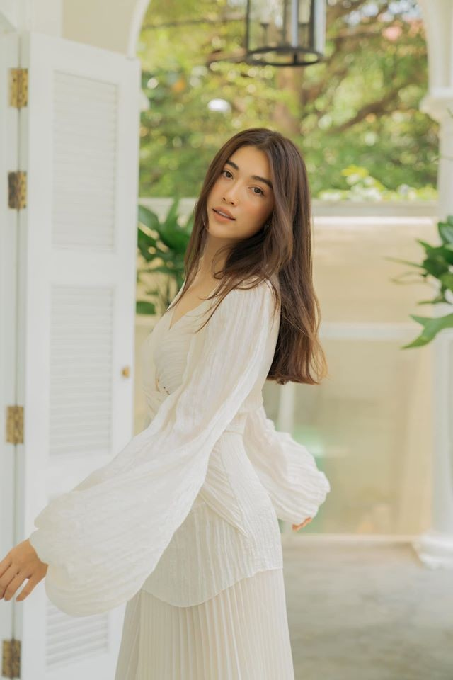 Á hậu Tú Anh mặc áo tắm màu đen đơn giản nhưng vẫn khoe khéo body cực quyến rũ - ảnh 10