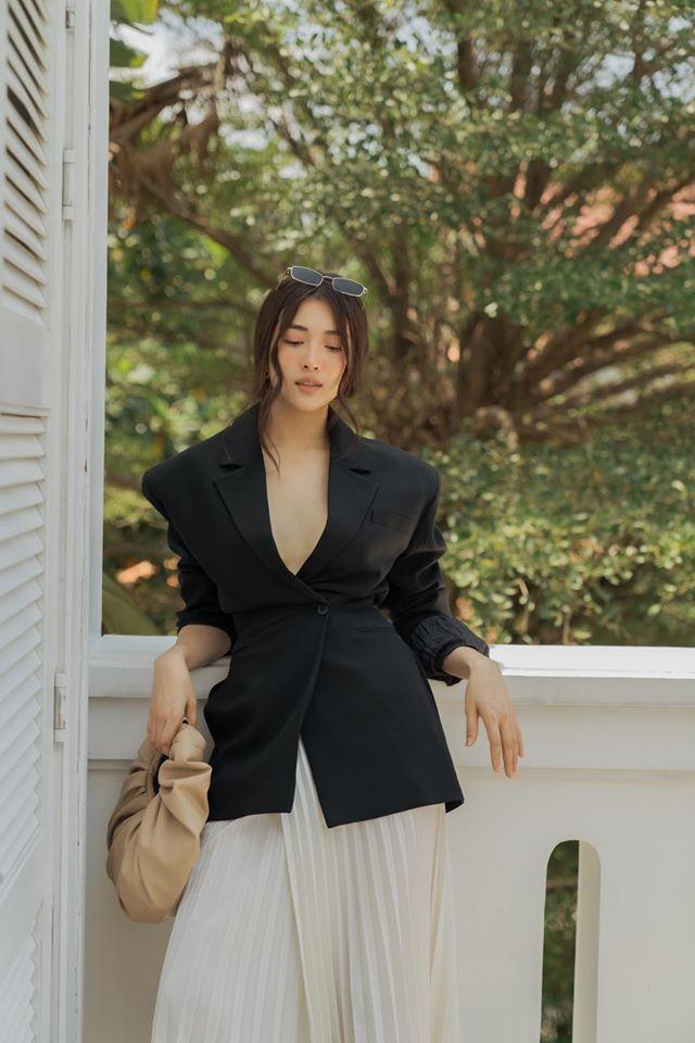 Á hậu Tú Anh mặc áo tắm màu đen đơn giản nhưng vẫn khoe khéo body cực quyến rũ - ảnh 11