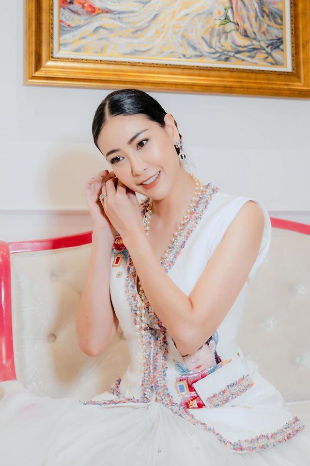 Á hậu Tú Anh mặc áo tắm màu đen đơn giản nhưng vẫn khoe khéo body cực quyến rũ - ảnh 9