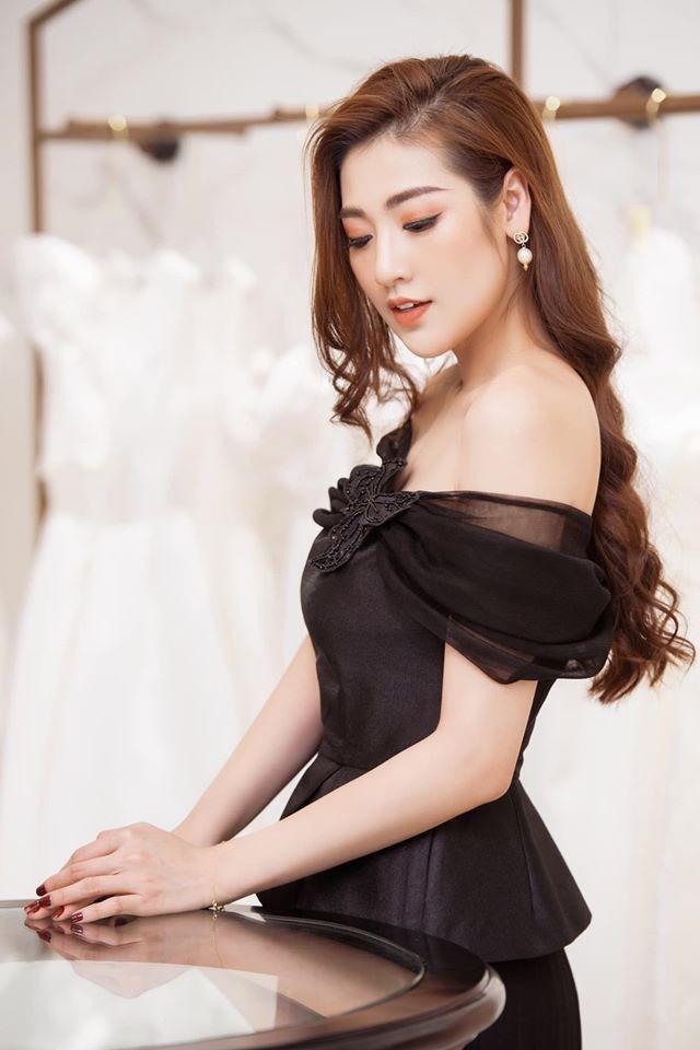 Đỗ Mỹ Linh 'kín cổng cao tường', Hoàng Thuỳ khoe đường cong gợi cảm với váy da báo - ảnh 8