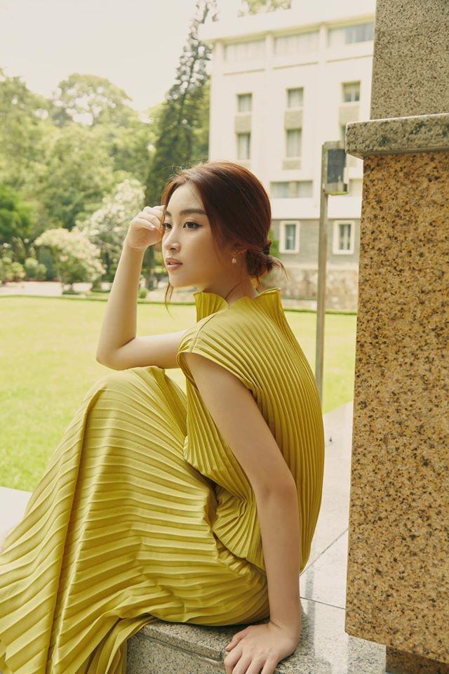 Đỗ Mỹ Linh 'kín cổng cao tường', Hoàng Thuỳ khoe đường cong gợi cảm với váy da báo - ảnh 2