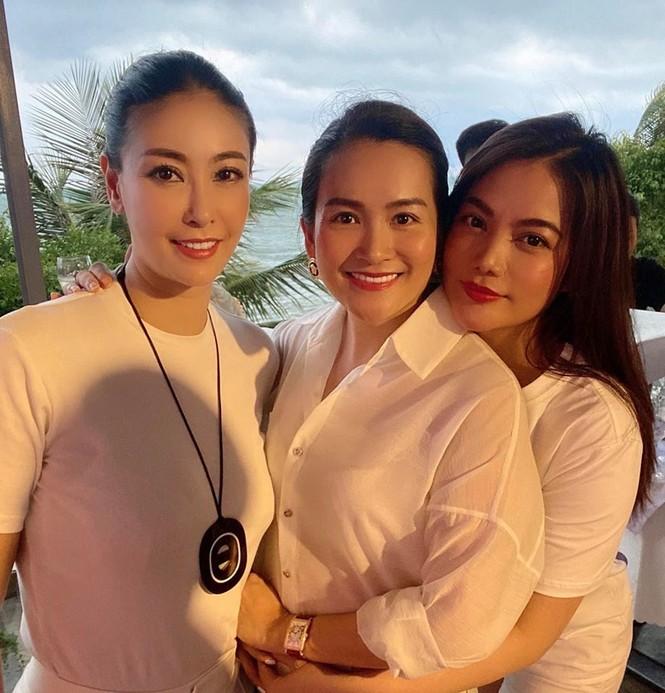 Đỗ Mỹ Linh 'kín cổng cao tường', Hoàng Thuỳ khoe đường cong gợi cảm với váy da báo - ảnh 9