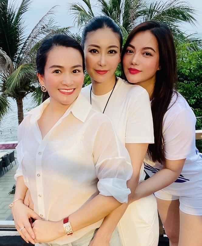 Đỗ Mỹ Linh 'kín cổng cao tường', Hoàng Thuỳ khoe đường cong gợi cảm với váy da báo - ảnh 10
