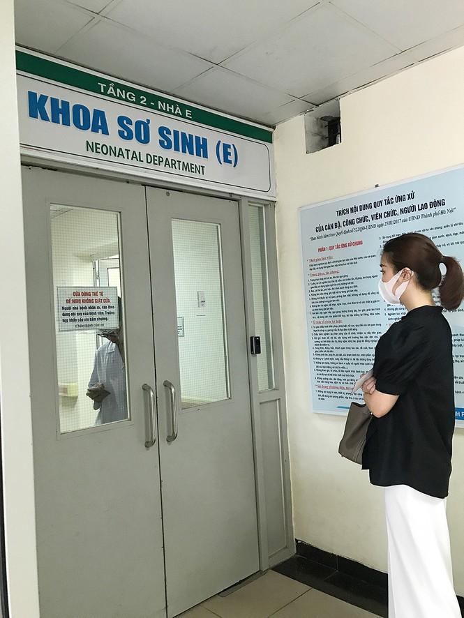 Đỗ Mỹ Linh tặng quần áo và đóng viện phí cho bé sơ sinh bị bỏ rơi 3 ngày dưới hố gas - ảnh 3